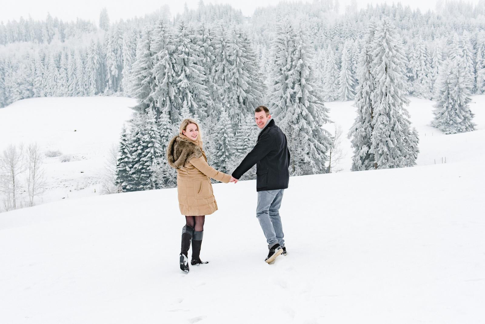 Paar-Shooting-in-einer-Winterlandschaft