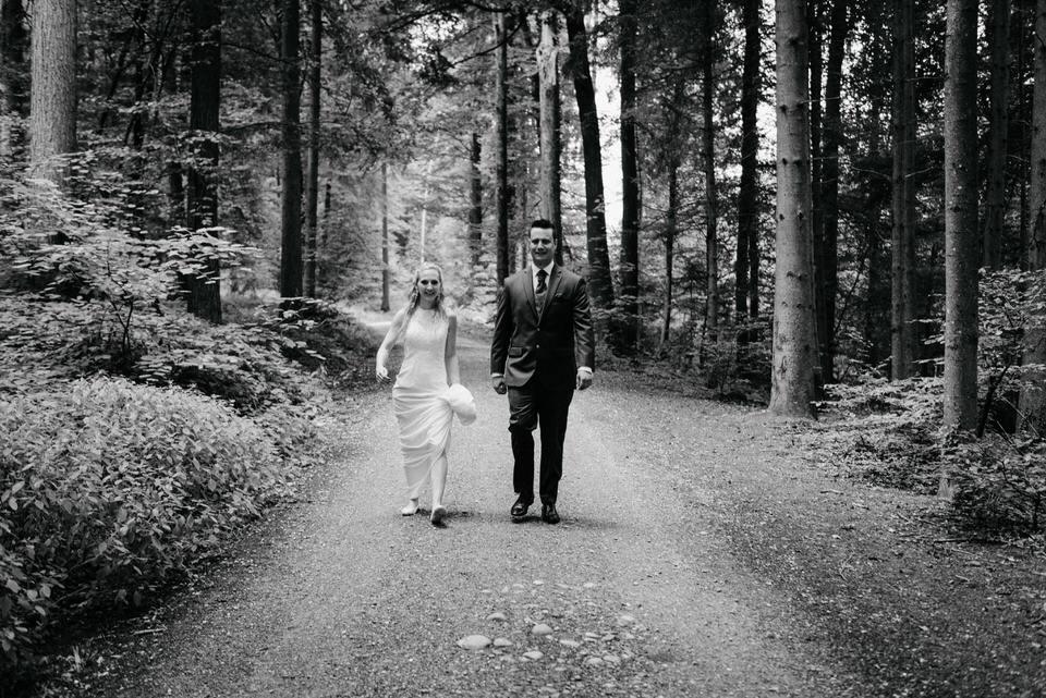 Brautpaar-Shooting-im-Wald-Hochzeitsfotograf-Zürich