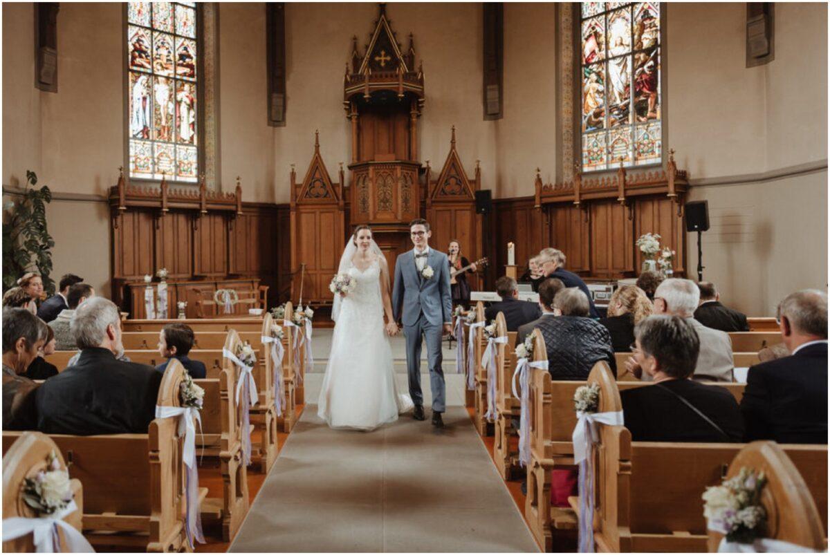 Braut und Bräutigam Auszug aus der Kirche